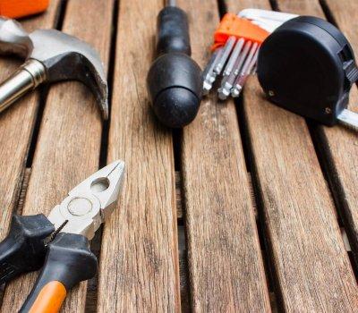 Werkzeug auf Holzboden